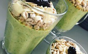 zielony koktajl z rukoli i mango