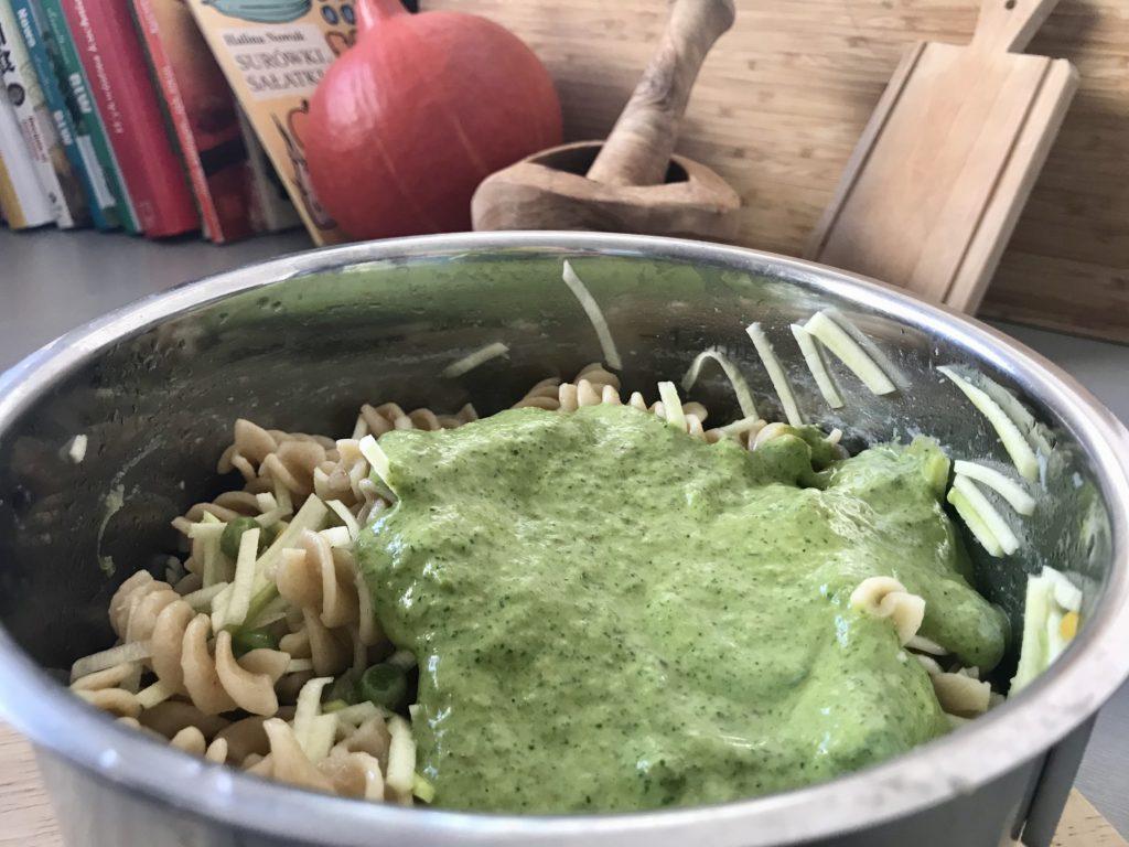 Makaron ze słodkim pesto szpinakowym i warzywami.