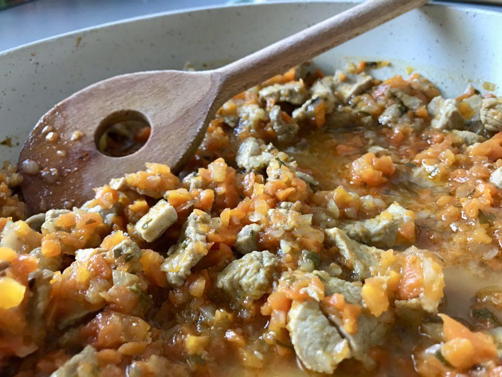 Polędwiczka wieprzowa w sosie marchewkowo-cebulowym