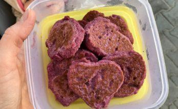 Bezglutenowe placuszki z burakiem i truskawkami