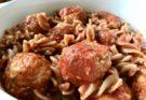 Makaron z kotlecikami w sosie pomidorowym