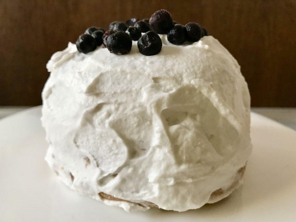 tort z bitą śmietaną kokosową i owocami