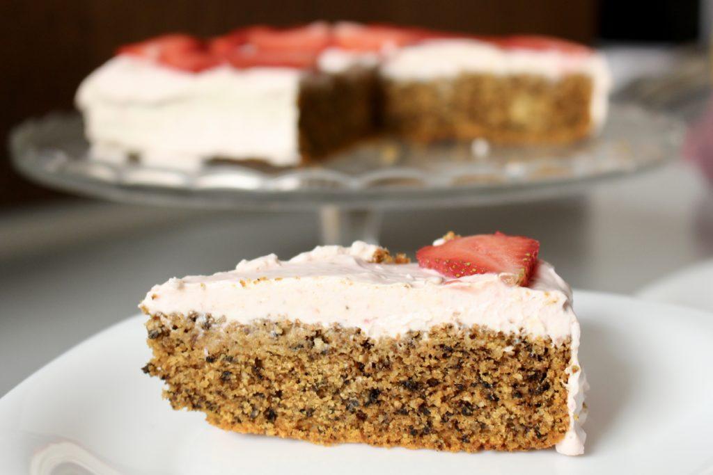 tort marchewkowy z orzechami i truskawkami