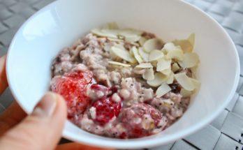 Letnia owsianka z truskawkami i malinami na jesienne śniadanie