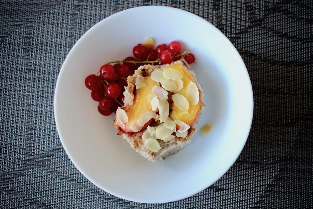 Zapiekane płatki gryczane z letnimi owocami blw
