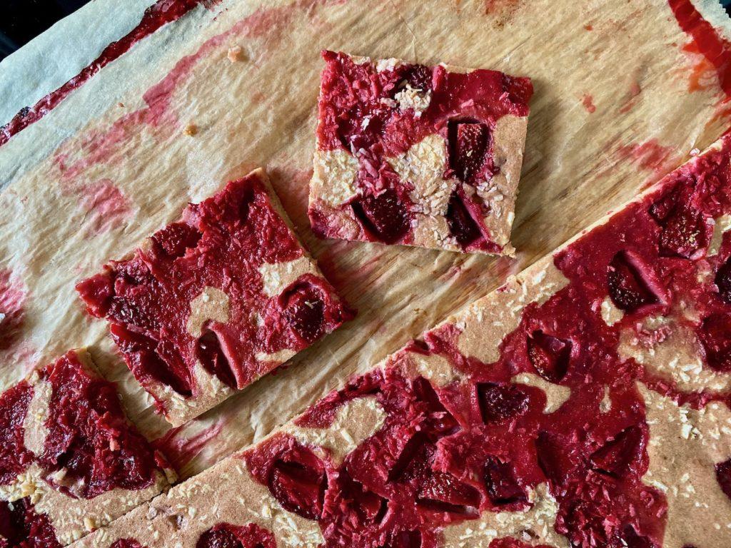 Pieczony naleśnik z burakiem i truskawkami blw