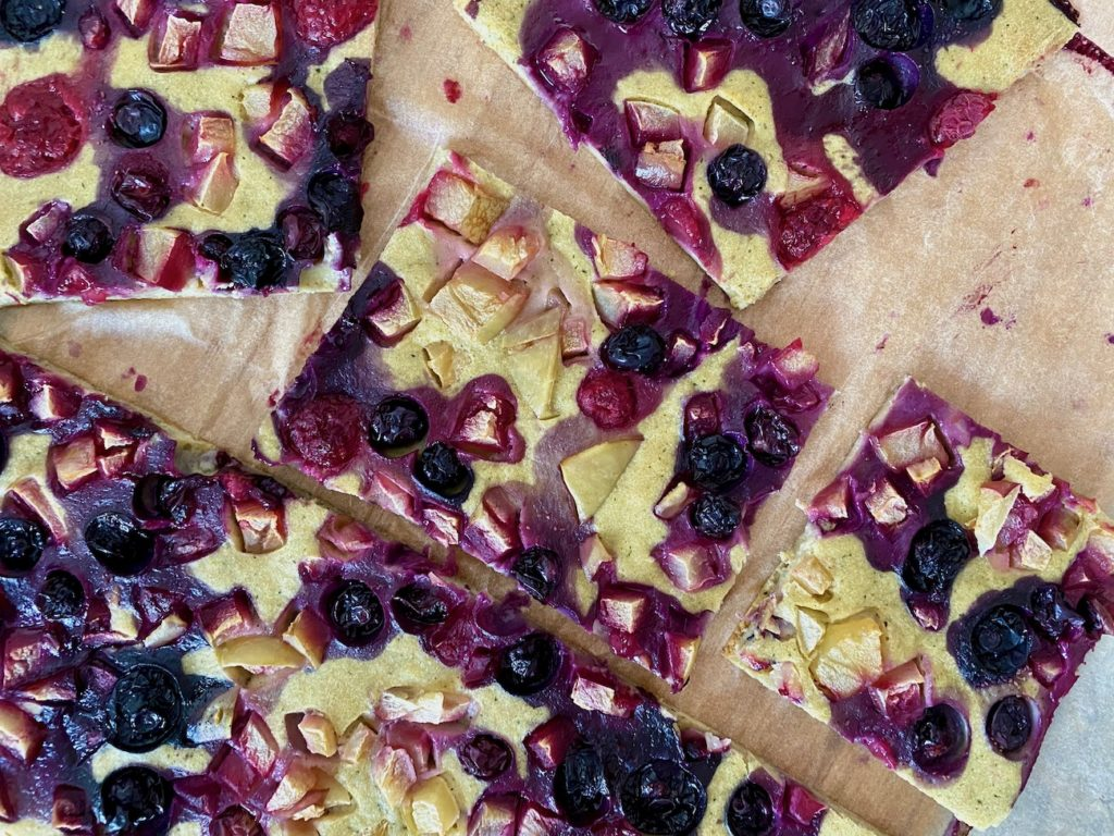 pieczony naleśnik z cukinią i owocami