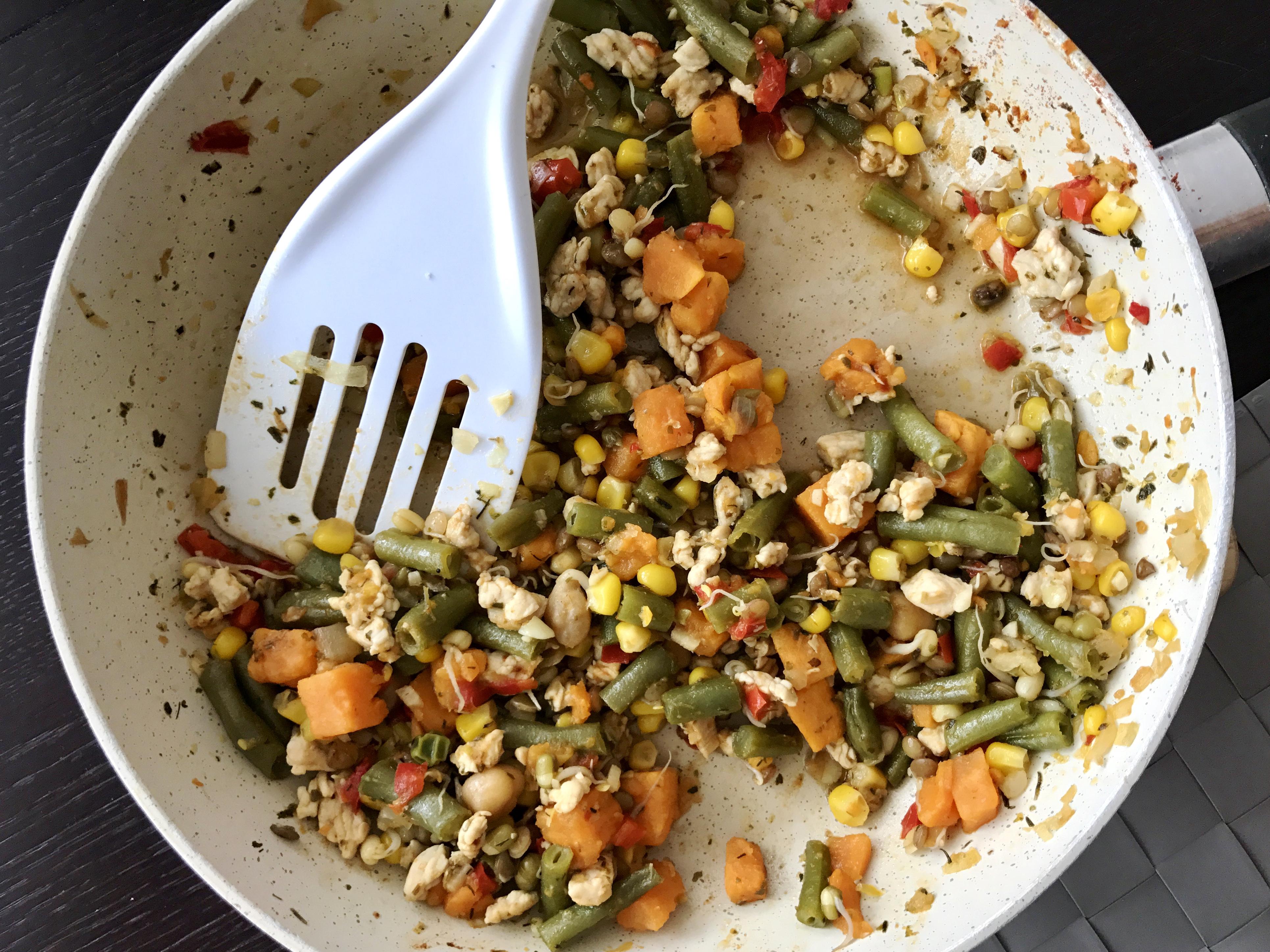 Indyk z warzywami i kiełkami