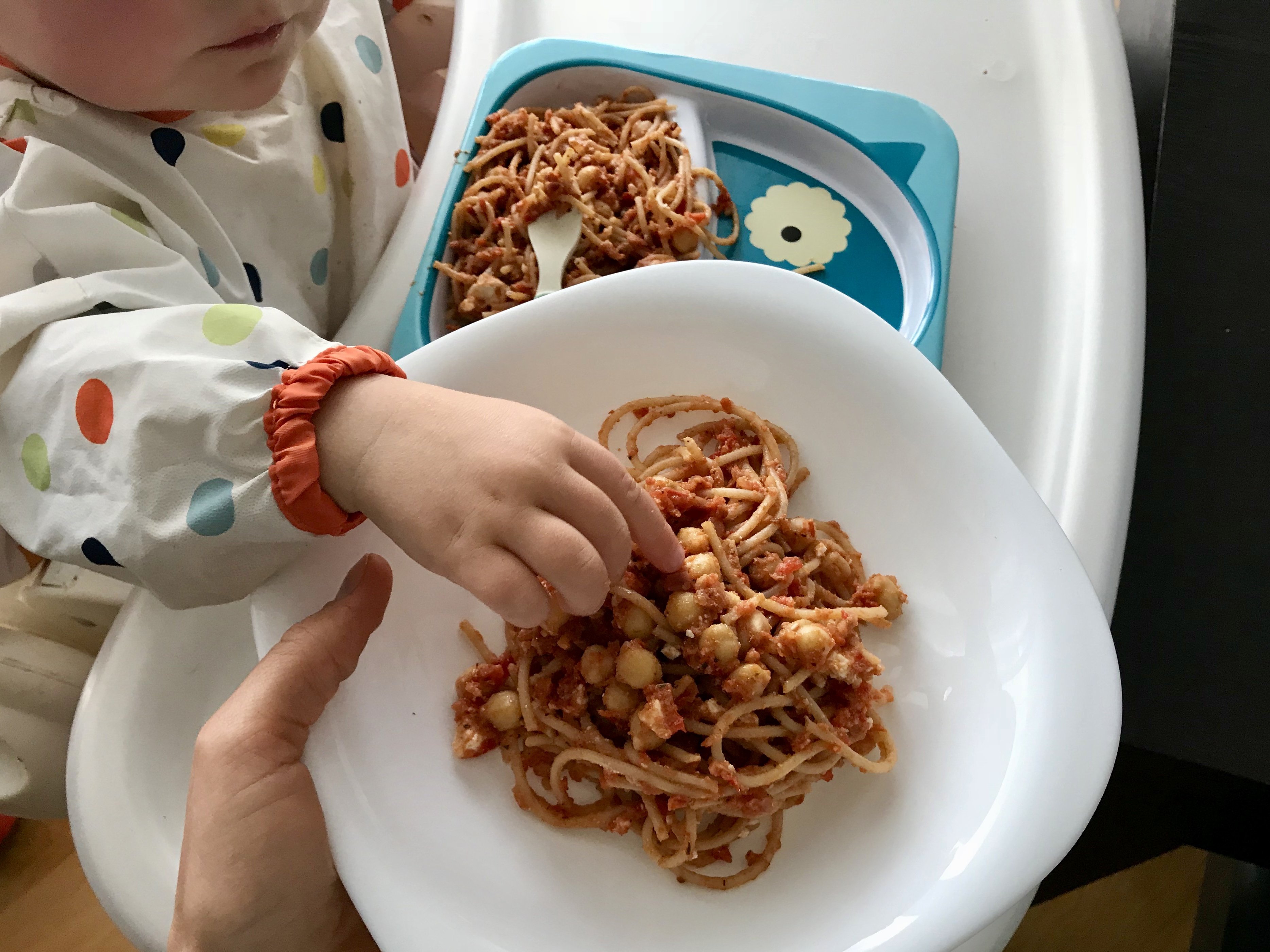 Makaron z sosem pomidorowo-paprykowym i ciecierzycą