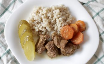 Gulasz wołowy z rodzynkami i warzywami