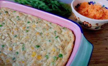 Pieczony omlet z cukinią, groszkiem i kukurydzą blw