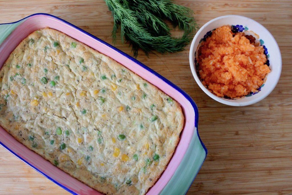 pieczony omlet z cukinią, groszkiem i kukurydzą