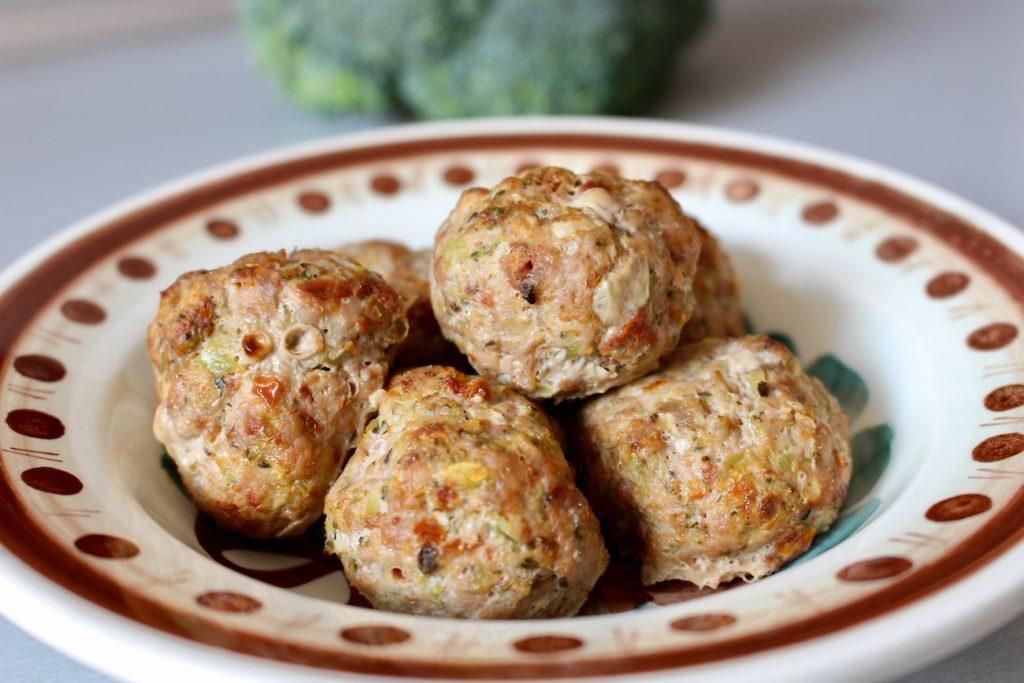 Kotlety z suszonymi pomidorami i brokułem BLW