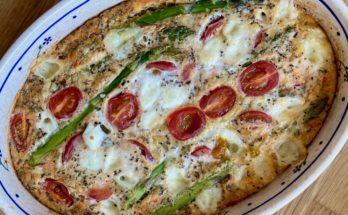 Pieczony omlet ze szparagami, pomidorkami i mozzarellą BLW